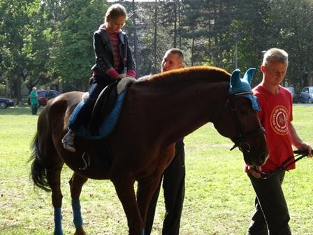 子供を乗せる馬