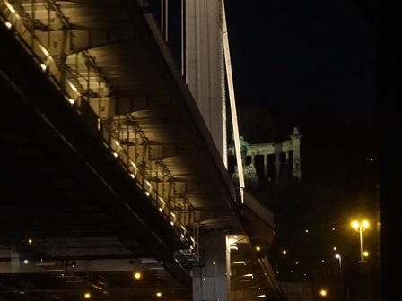 エルジェーベト橋をくぐる
