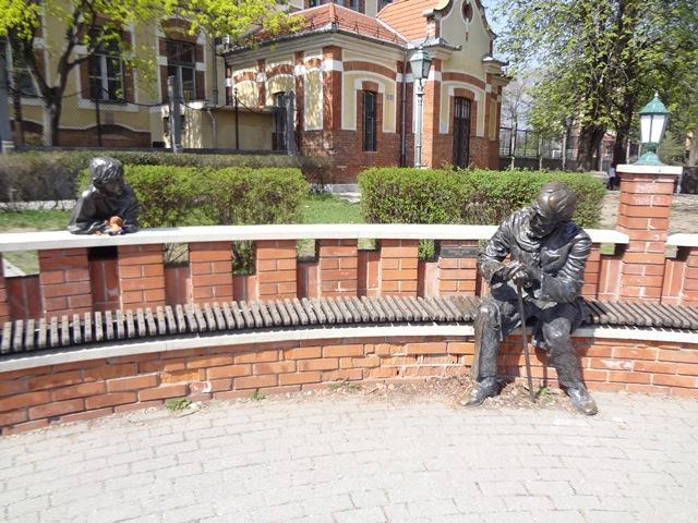 ブダ高級住宅街の学校前の銅像