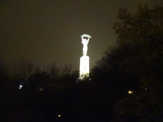 しゅろの葉を掲げる自由の女神像
