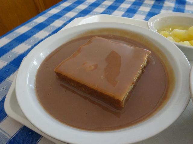スポンジケーキのチョコソースがけ