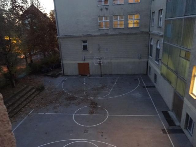 日暮れのバスケコート