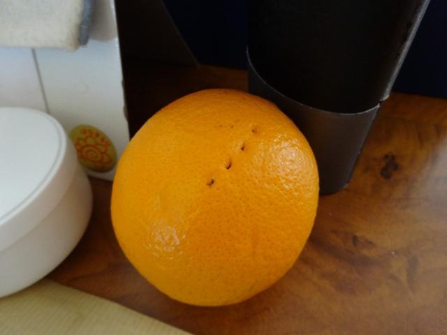 オレンジに穴!