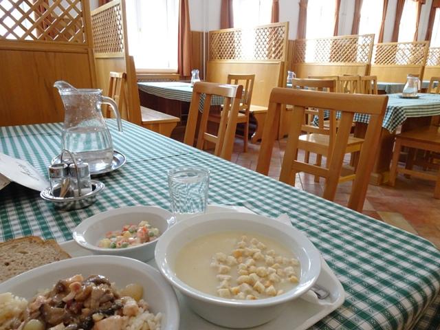 静かな食堂
