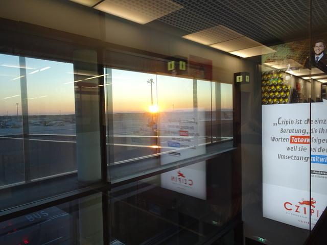 ウィーン空港の夜明け